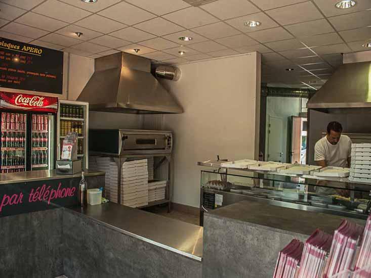 L'Accueil et la cuisine de la Pizzeria PIZZ'ADDICT à Bourg en Bresse